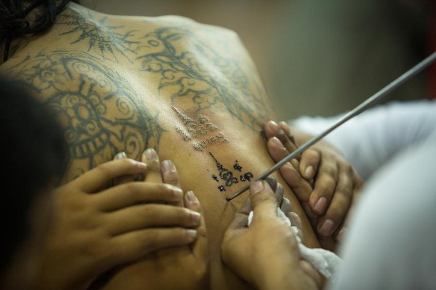 Handgestochene Tattoos Ein Traditionelles Kunsthandwerk Als Neuer