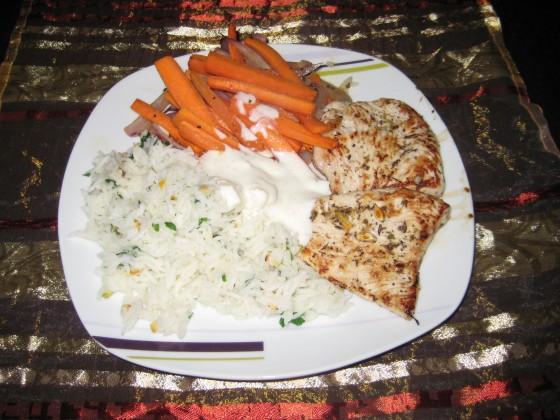 Za'atar-gegrillte Hähnchenbrust mit Zitronen-Joghurt-Soße und karamellisierten Karotten an Pistazien-Basmatireis