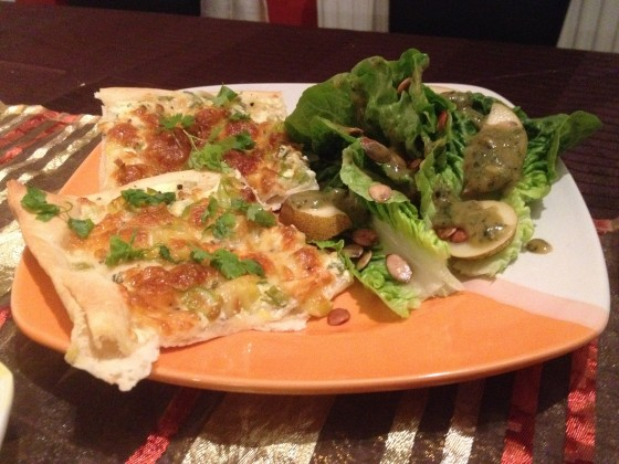 Knusprige Porree Flammkuchen mit Kerbel-Schmand-Boden und Mozzarella, serviert mit Salatherzen-Birnensalat